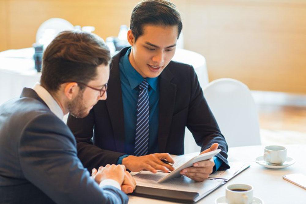 deux-partenaires-commerciaux-de-contenu-discutent-le-probleme